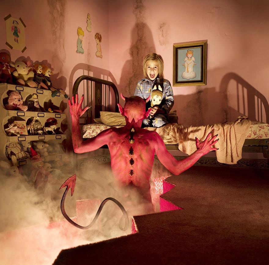 Viņa meitas pozē viņa šausminošajās fotosesijās.