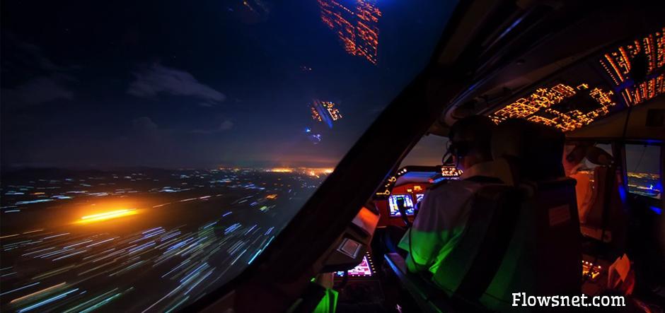 BOEING 747 PILOTS NOFOTOGRAFĒ ELPU AIZRAUJOŠUS MIRKĻUS DEBESĪS UN PAT VĒTRAS LAIKĀ