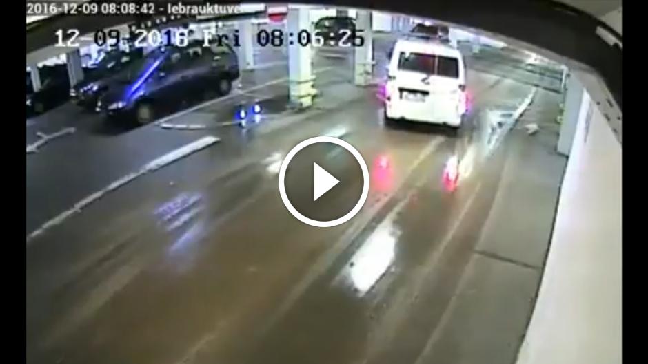 VIDEO: LIEPĀJAS PAŠVALDĪBAS POLICIJA, IEBRAUCOT RIMI STĀVVIETĀ, TARANĒ KOLONNU!